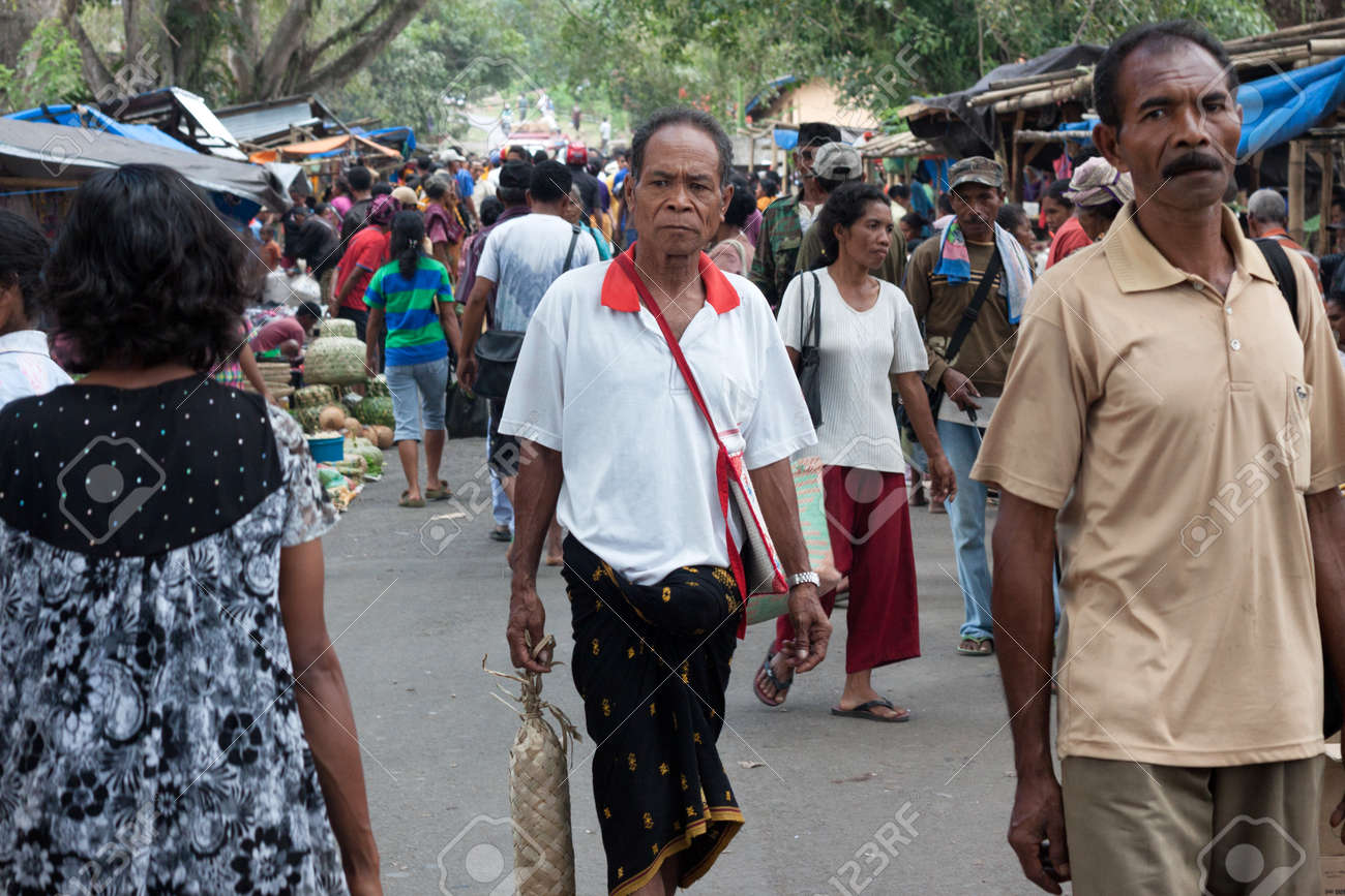 Flores Island Indonesia 2012 04 18 Crowd Of Local People At