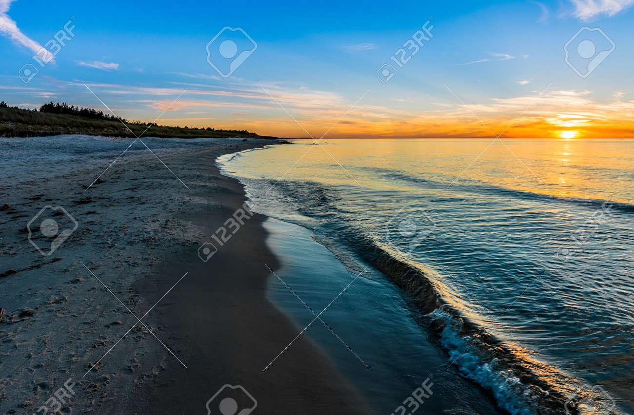 ビーチ 夏の壁紙 ポーランドに海の景色の美しい夕日 の写真素材