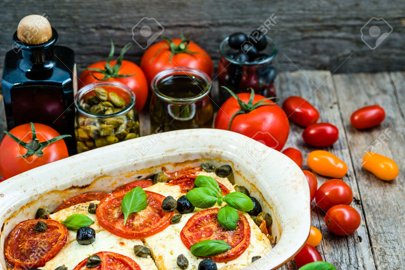 969cfe9cf9 Tomaten mit Feta, griechisches Essen, gesundes Essen, vegetarisches  Gericht, mediterrane Küche Standard