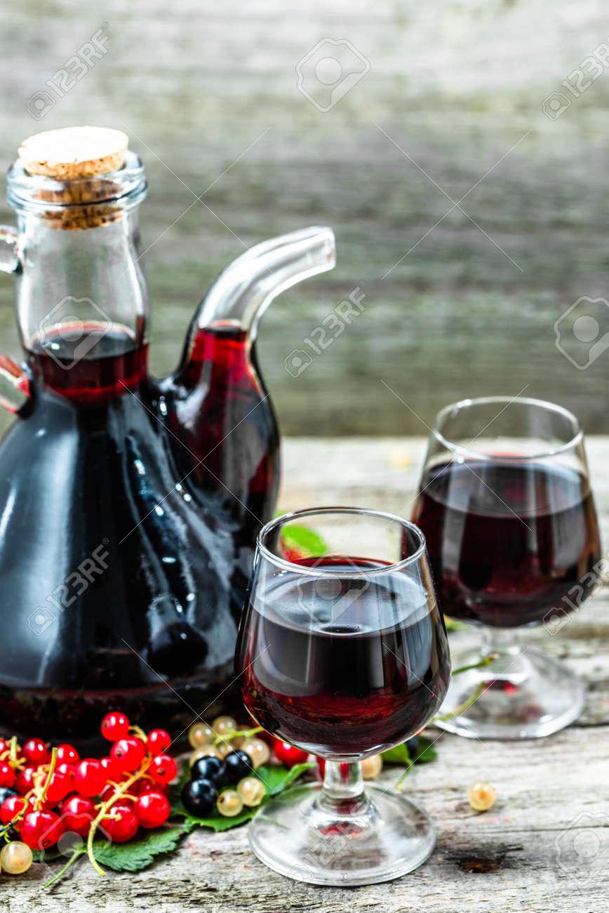 Immagini Stock Vecchio Vino Caraffa Sul Tavolo Di Legno