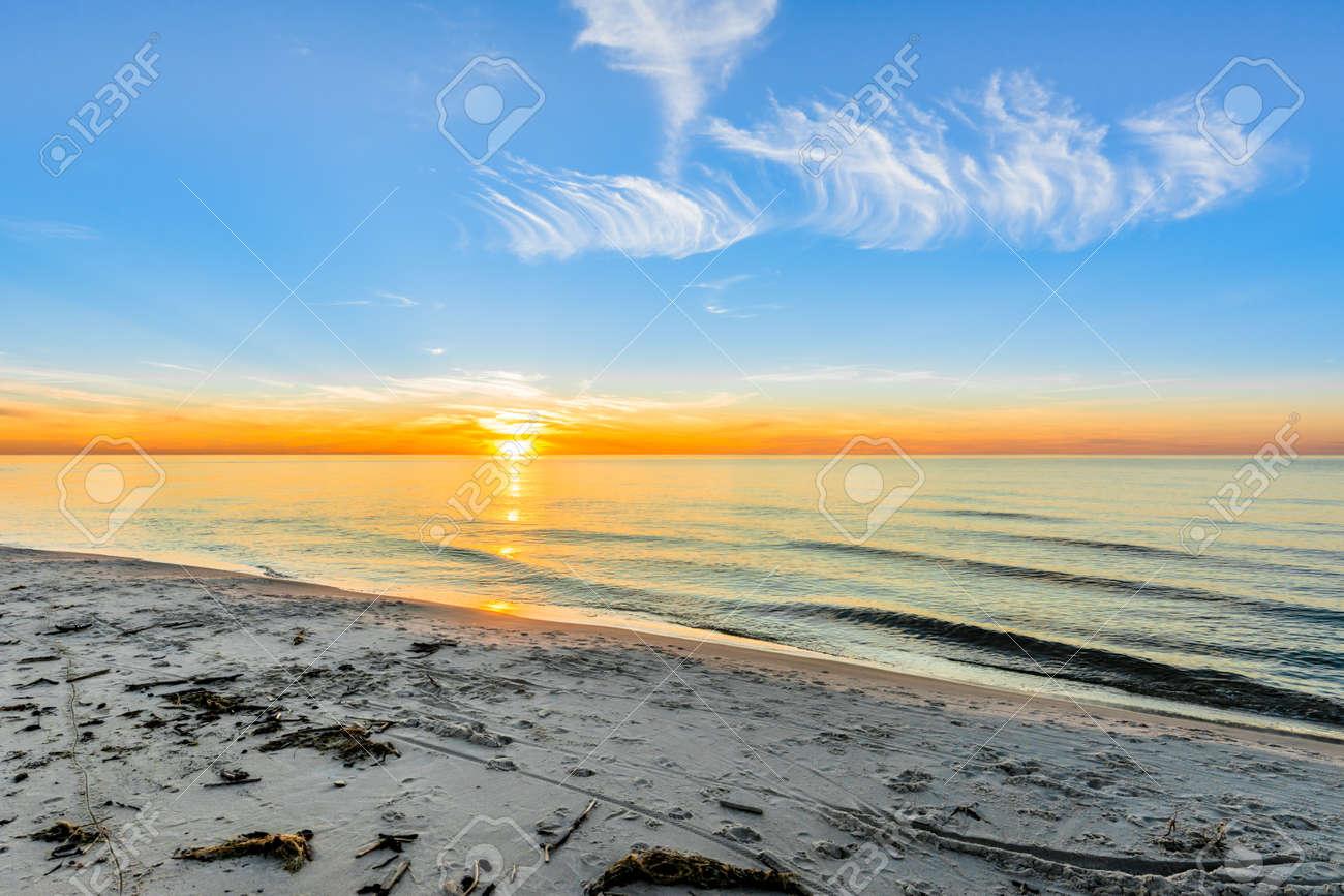 美しい夕日 ビーチ背景 夏の壁紙 バルト海 ポーランド の写真素材