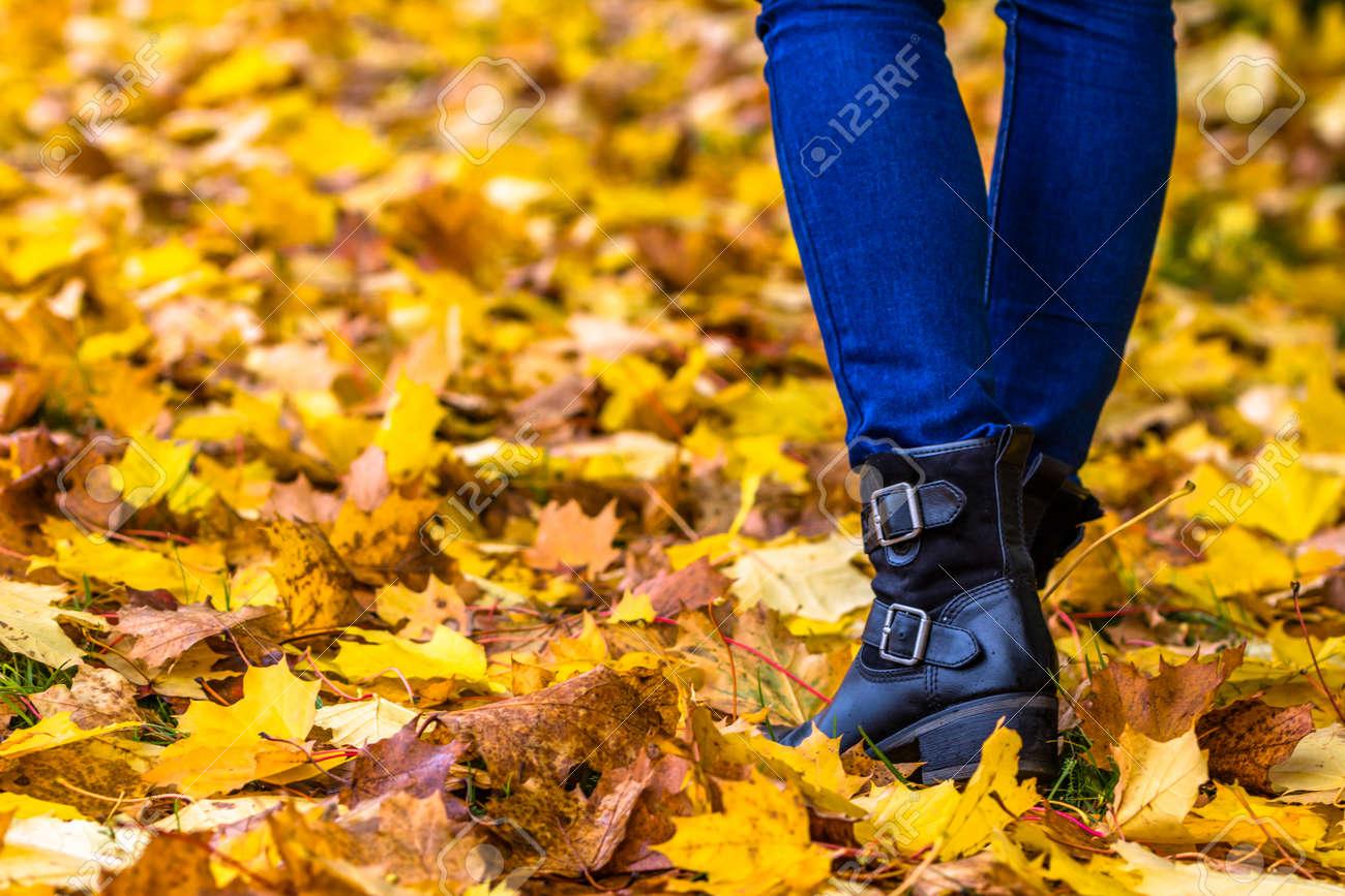 dans jambes Chaussures d'automne marchant sol feuilles les sur tombées femme sur le les kiOXuPTZ