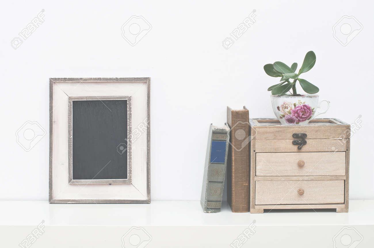Leere Bilderrahmen, Feld, Pflanzen Und Vintage Bücher Auf Weißem .