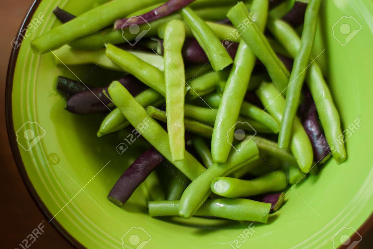 Habas Verdes Multicolores Verdes Y Púrpuras Crudas De Cerca En Un