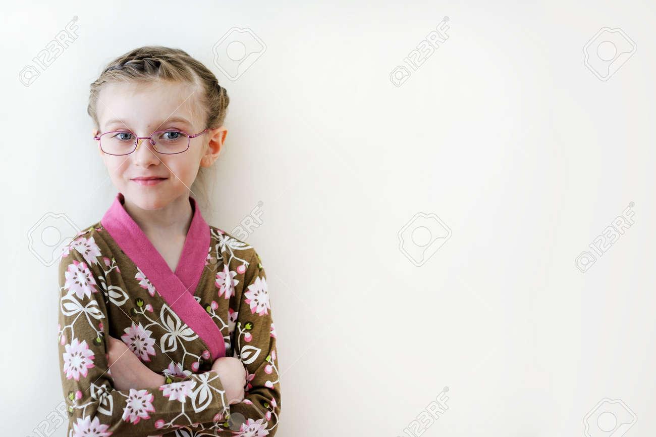 Studio Portrait Der Lächelnden Kleinkind Mädchen Mit Schönen Frisur
