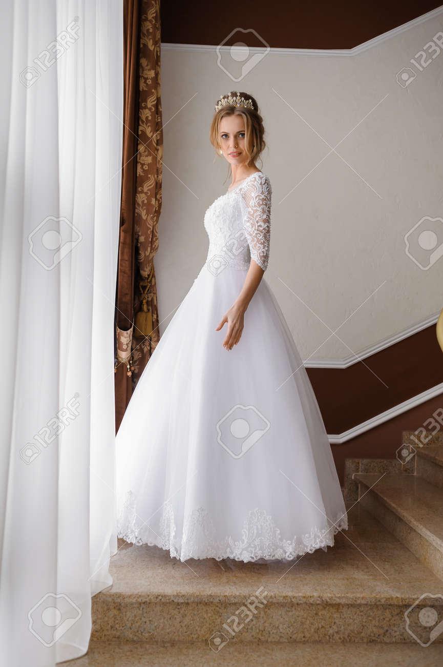 Schone Braut Im Hochzeitskleid Lizenzfreie Fotos Bilder Und Stock