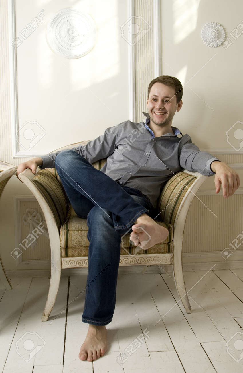 Сидит в кресле фото фото 310-703