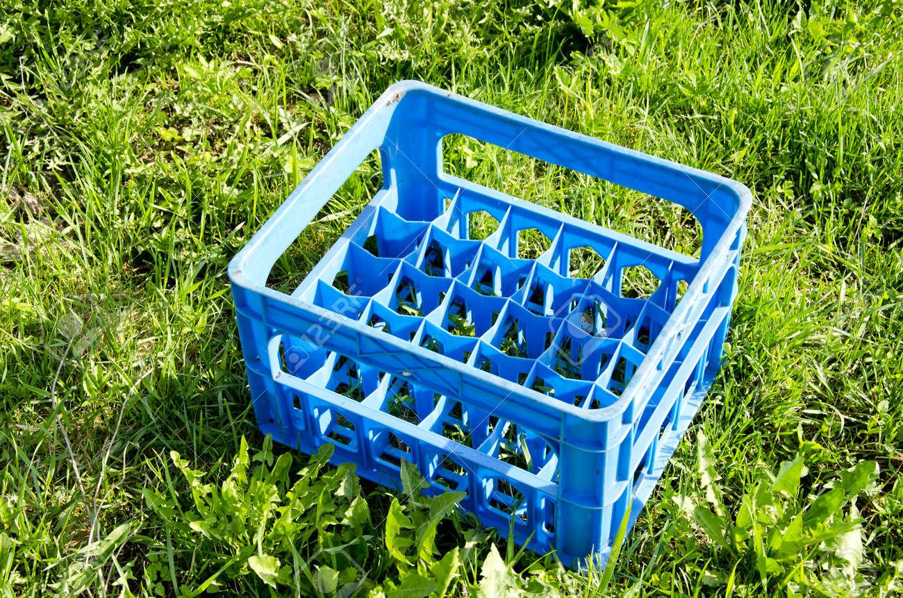 banque dimages bouteille de bire vide en plastique caisse bleue sur lherbe - Caisse Biere Plastique