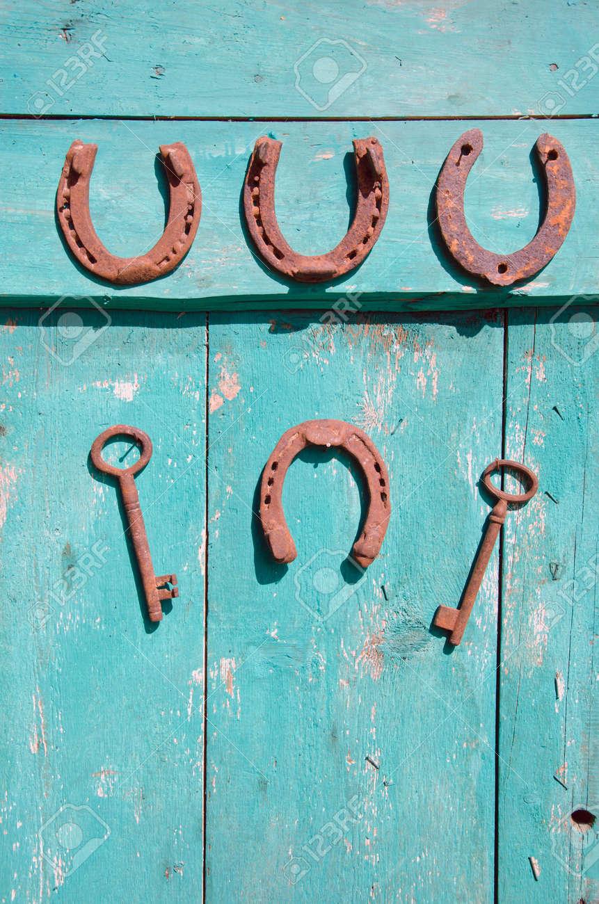 Banque Du0027images   Fer à Cheval Antique Et Clé Rouillée Sur La Porte  Ancienne Ferme En Bois