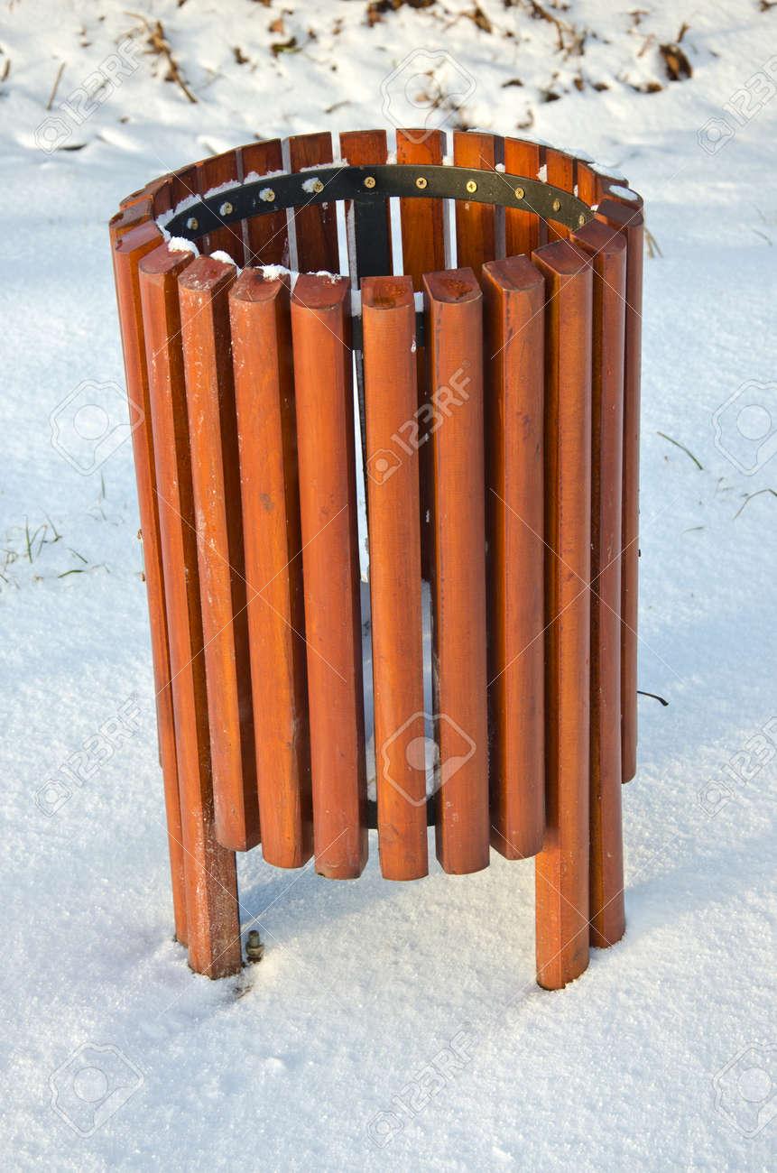 holz neue mülleimer-box auf schnee im winter park lizenzfreie fotos