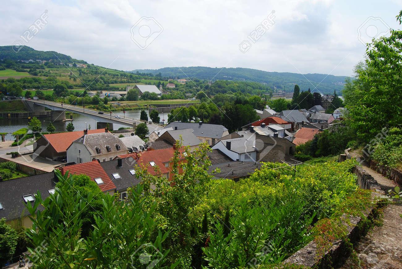 Blick über Die Schengen Stadt In Luxemburg, Im Sommer. Standard Bild