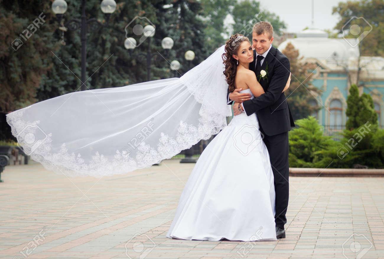 Belle Mariée Brune En Mariage Blanc Avec