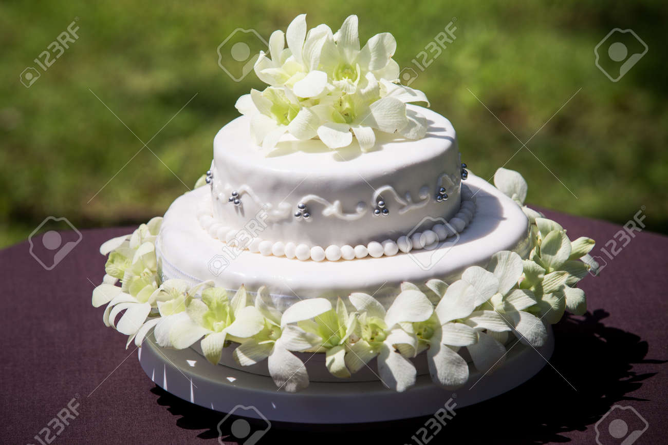 Gesamtansicht Der Grossen Weissen Hochzeitstorte Mit Weissen Orchideen