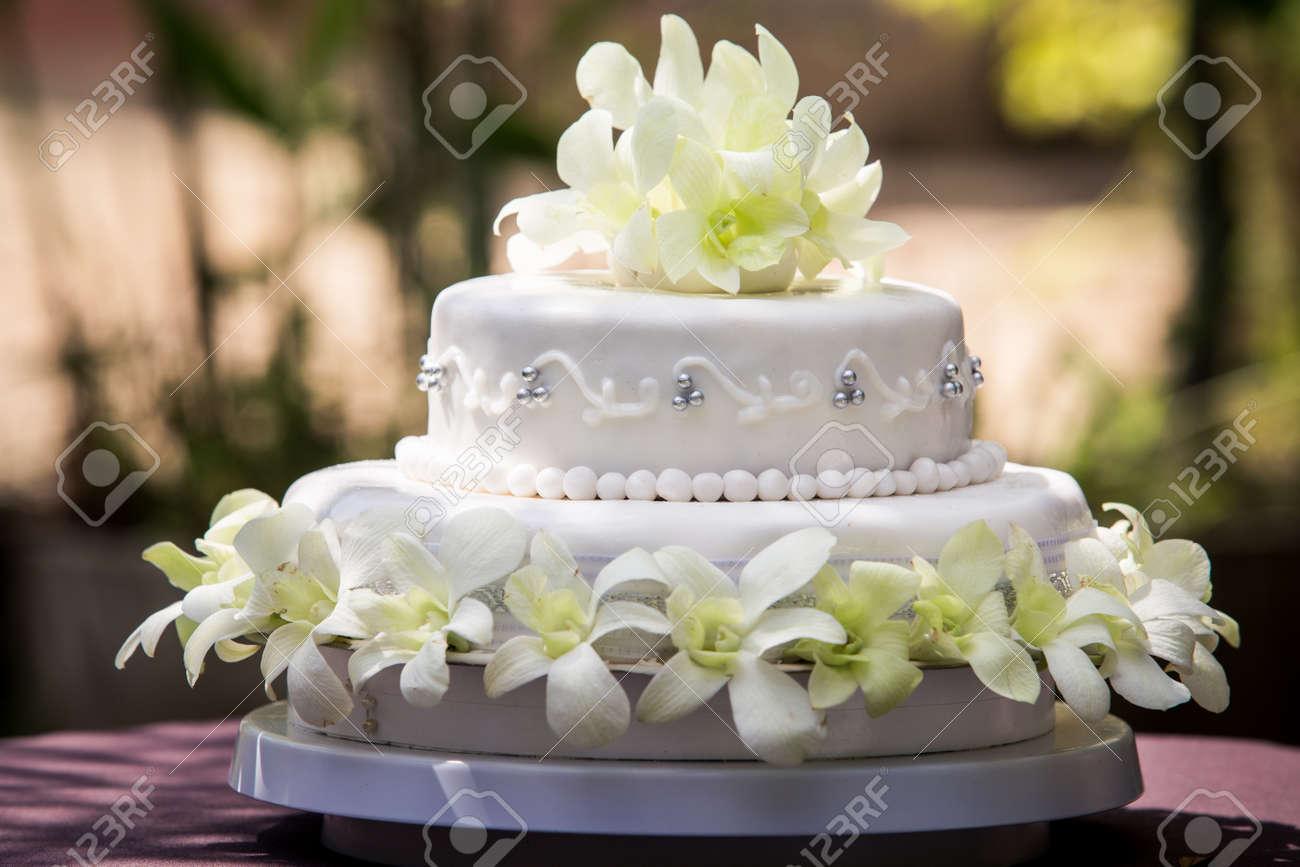 Vue Du Grand Gateau De Mariage Blanc Avec Des Orchidees Blanches Et Perles
