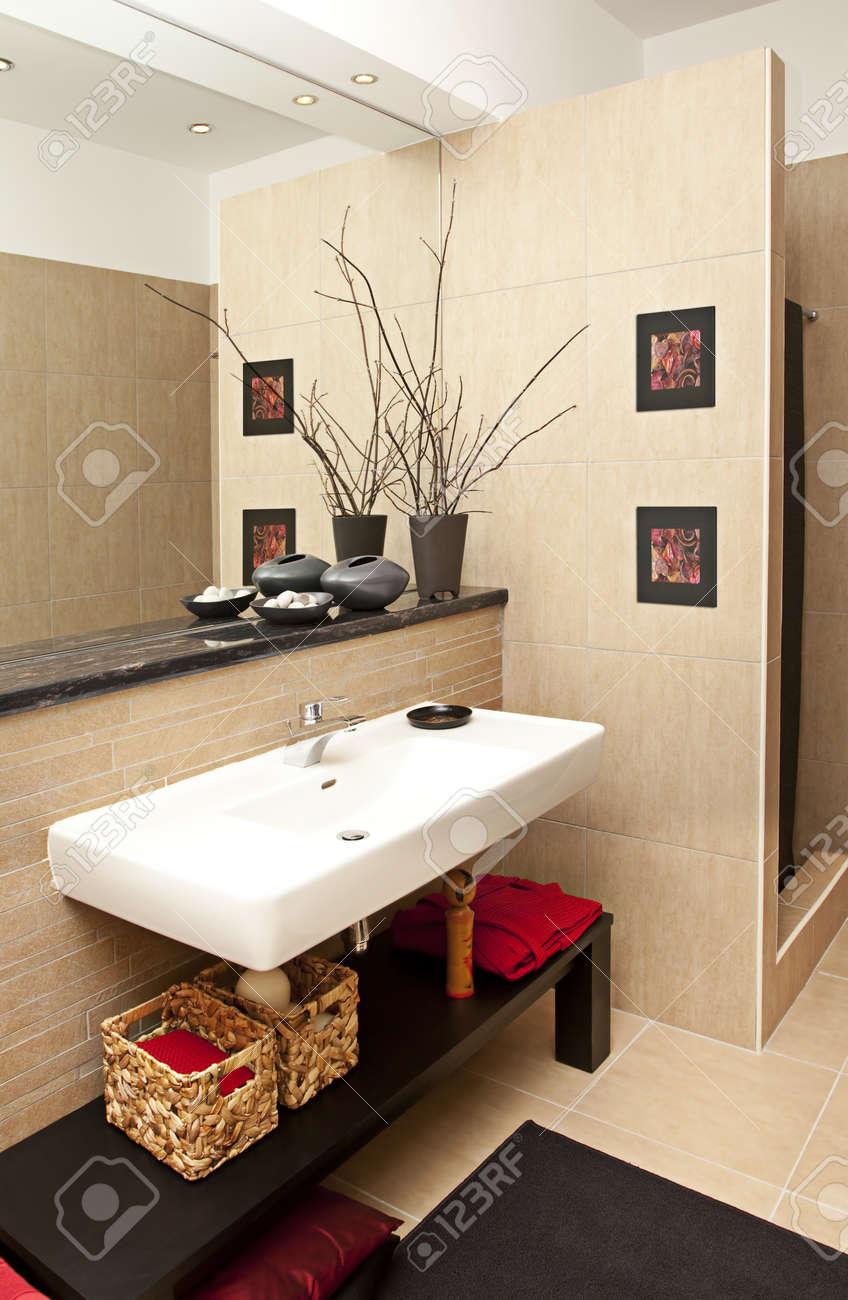 Interior shot of a modern bath room Stock Photo - 8876628