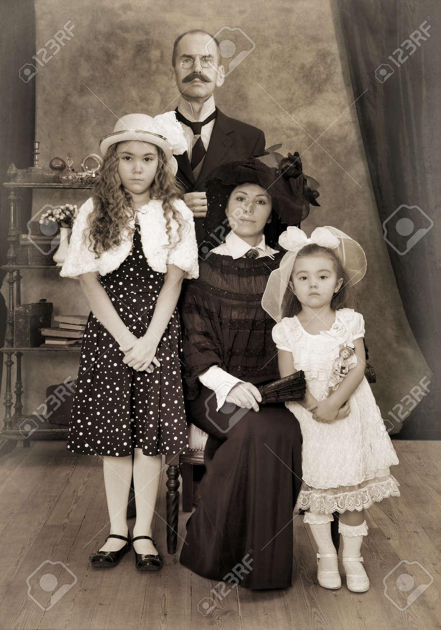 レトロな家族の肖像画。モノクロ、テクスチャ、意図的な 1900 年代の ...