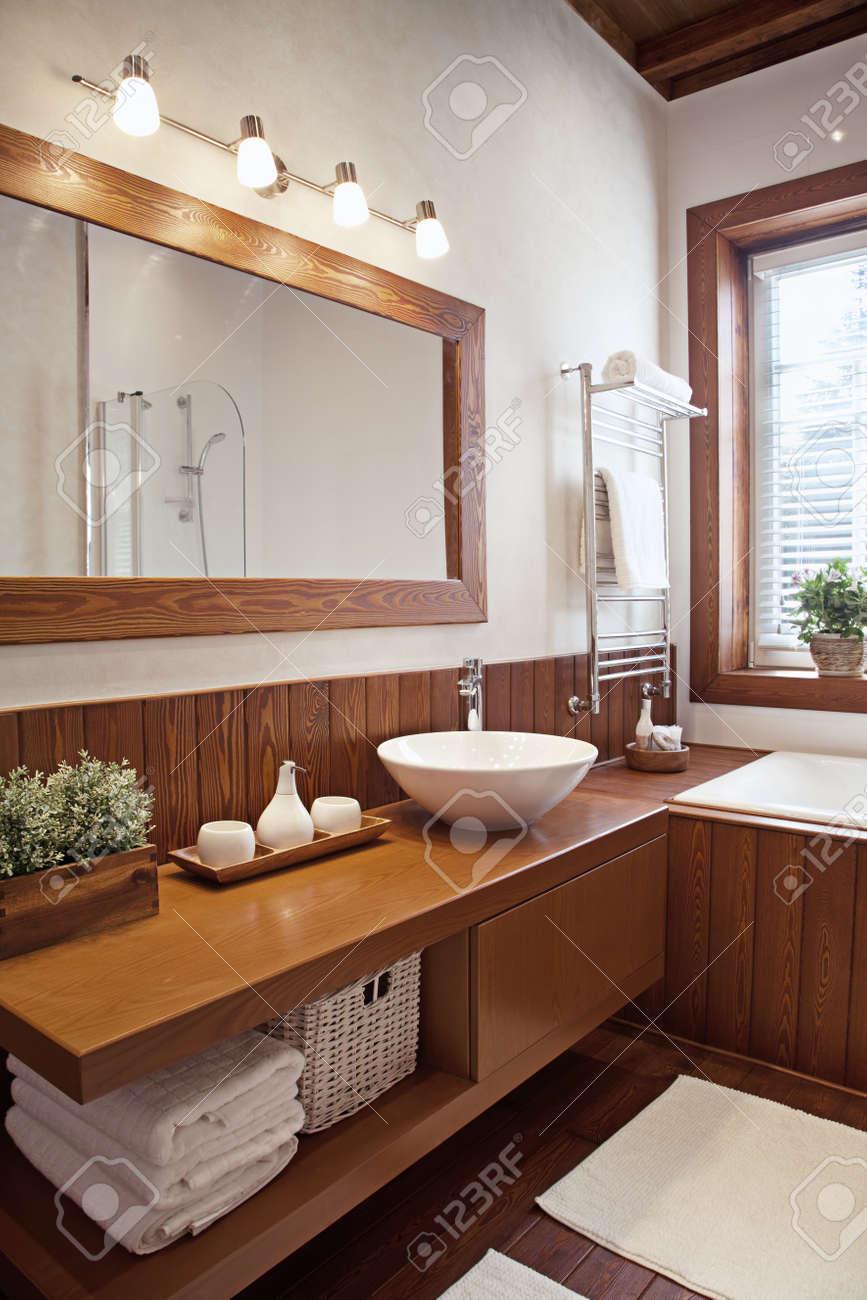 Plan intérieur de la salle de bains contemporaine en plein soleil