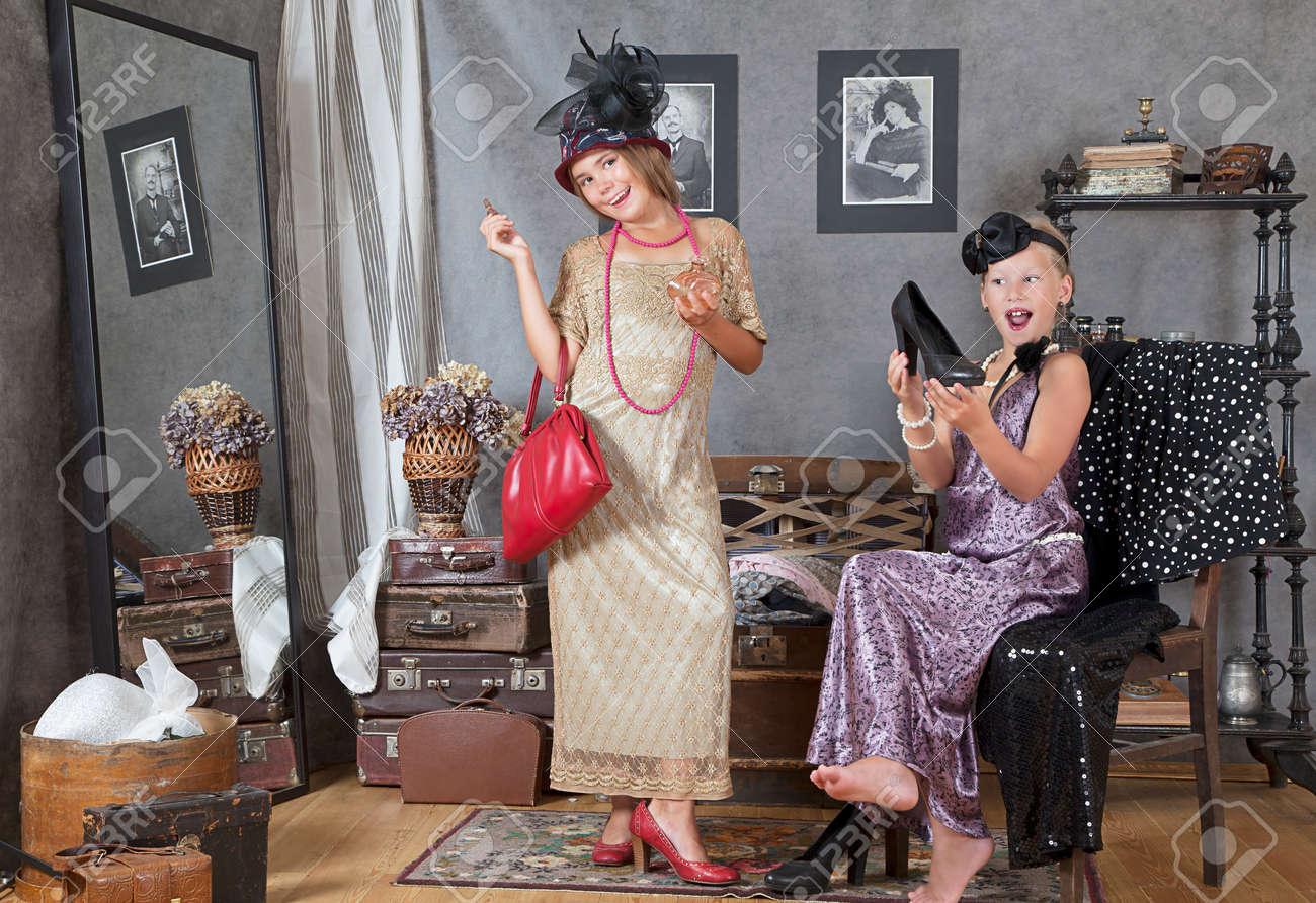 Девушки примеряют платья