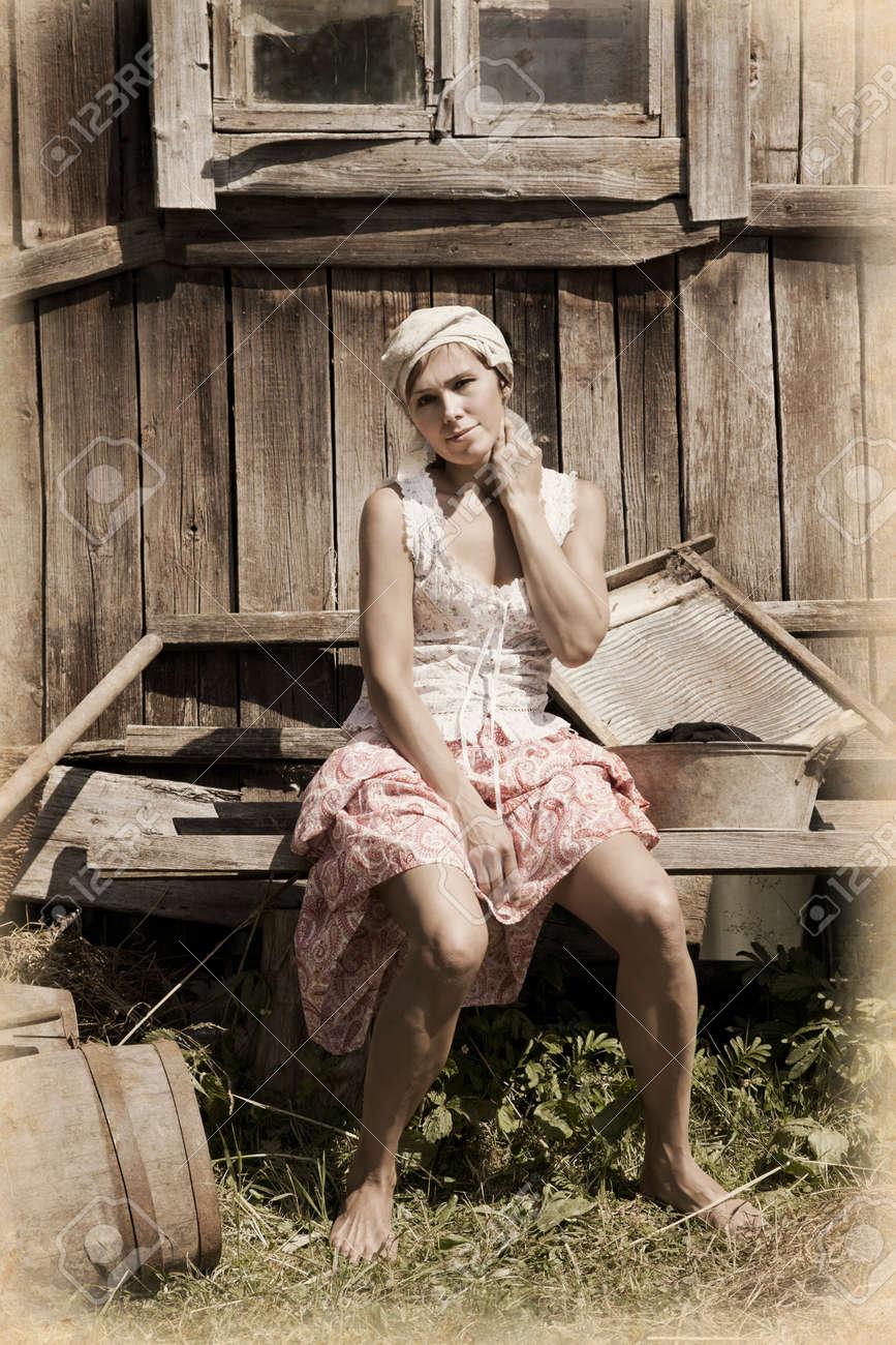 田園女性。モノクロ、テクスチャ、意図的な 1900 年代のスタイル設定 ...