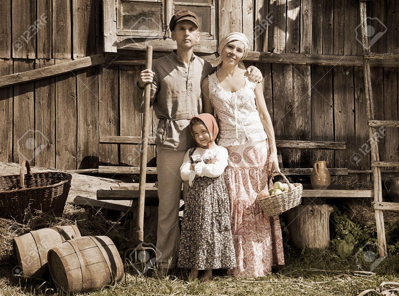 レトロなスタイルの家族の肖像画。モノクロ、テクスチャ、意図的な ...