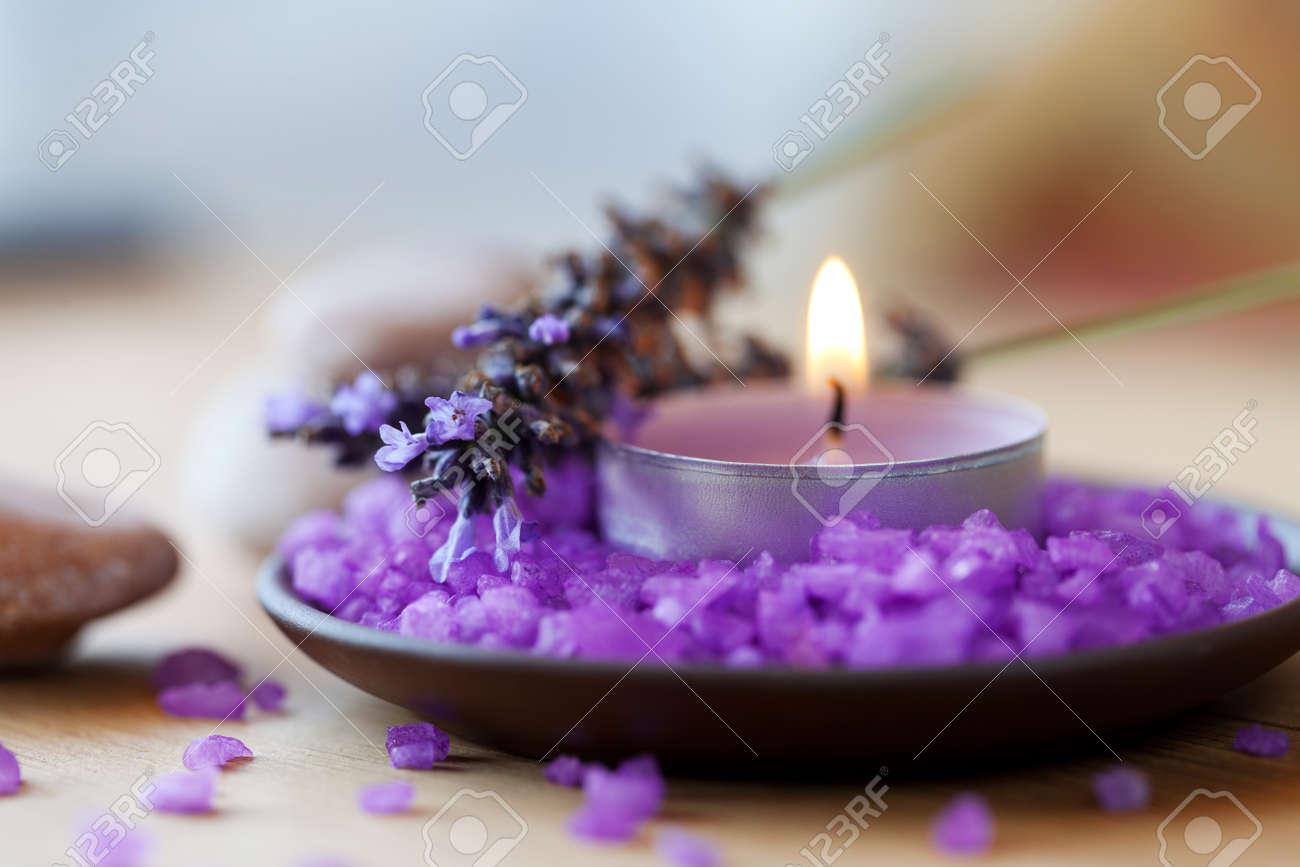 archivio fotografico spa sfondo candela in un piattino con bagni di sale e rametti di lavanda
