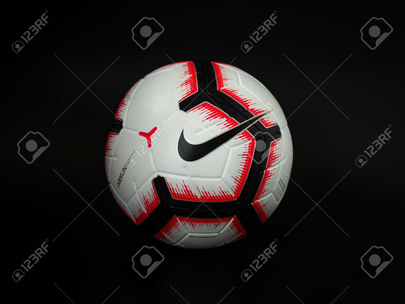 guisante Naufragio Decir la verdad  Soccer Ball On Black Background, Nike Football Stock Photo, Picture And  Royalty Free Image. Image 149224927.