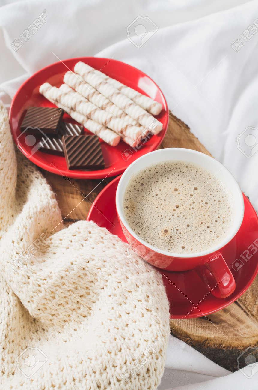 Tablett Mit Cappuccino Und Schokolade Auf Einem Bett Mit Plaid Im  Schlafzimmer