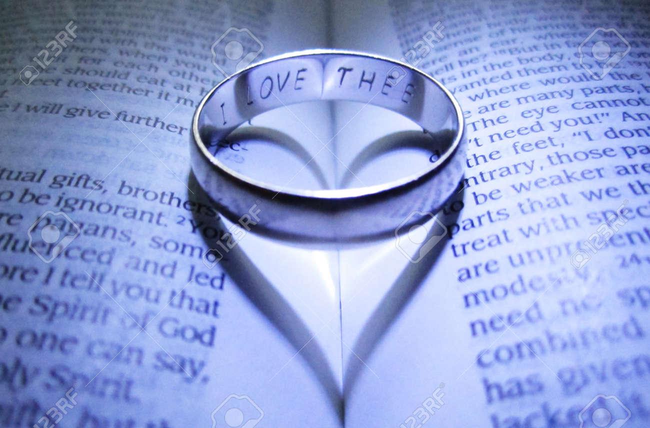 Matrimonio Segun Biblia : Anillo de matrimonio grabado hacer sombra del corazón en la biblia
