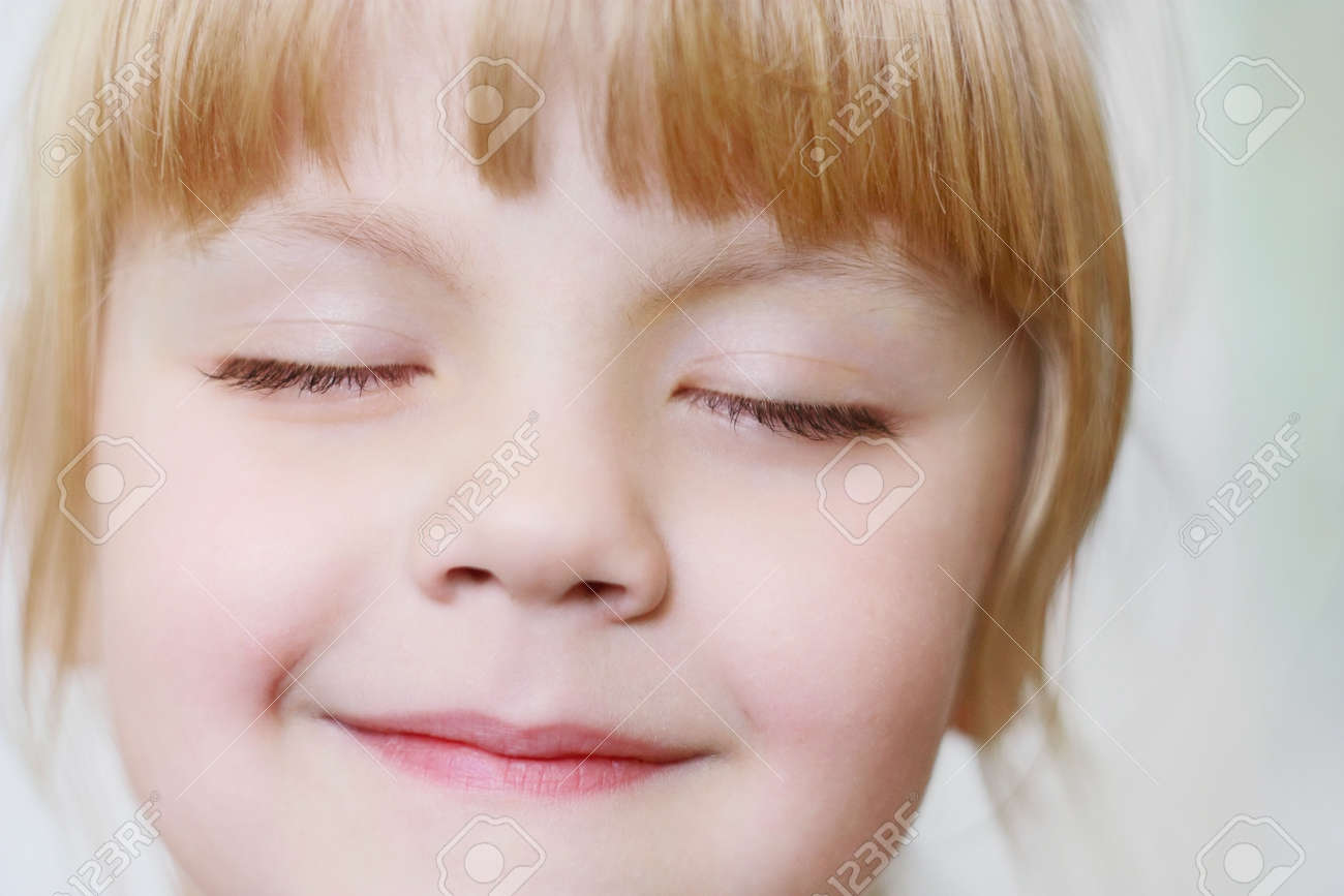 Face of a little girl with closed eyes close-up - 62670238
