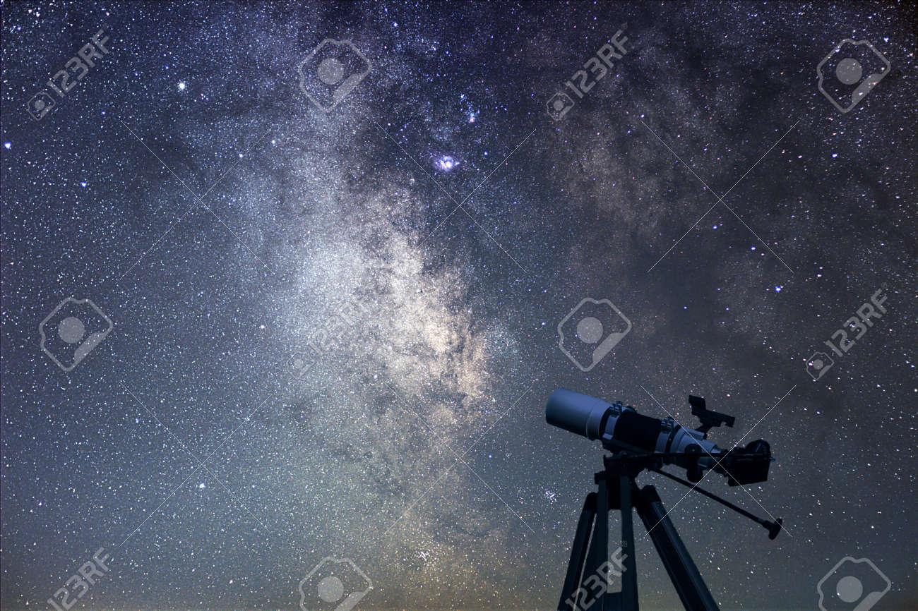 Astronomische teleskop sternennacht milchstraße lizenzfreie