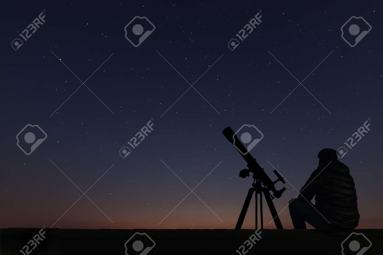 hombres mirando al cielo
