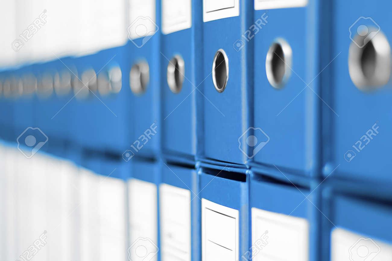 Dateien Ordentlich Auf Dem Büroregal Angeordnet. Lizenzfreie Fotos ...