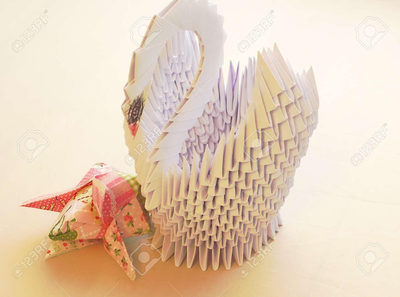 ===Con carton y papel=== 63288060-cisne-hecho-de-papel-para-el-interior-con-servilletas-dobladas-en-forma-de-flores-de-tulip%C3%A1n