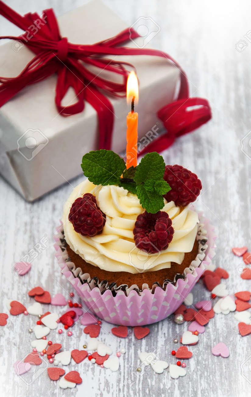 Geburtstag Cupcake Und Kerze Auf Einem Tisch Lizenzfreie Fotos