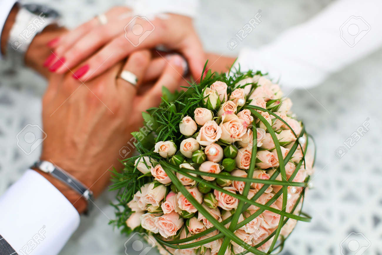 Brautigam Und Braut Halten Hand Miteinander Mit Gefuhlen Der Liebe
