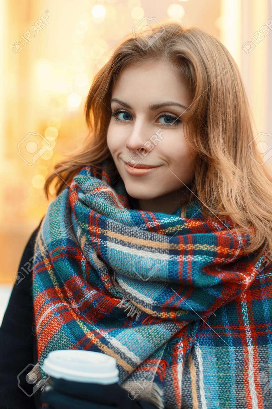 Joven Hermosa Chica En Elegante Bufanda Hecha Punto Y Abrigo Negro ...