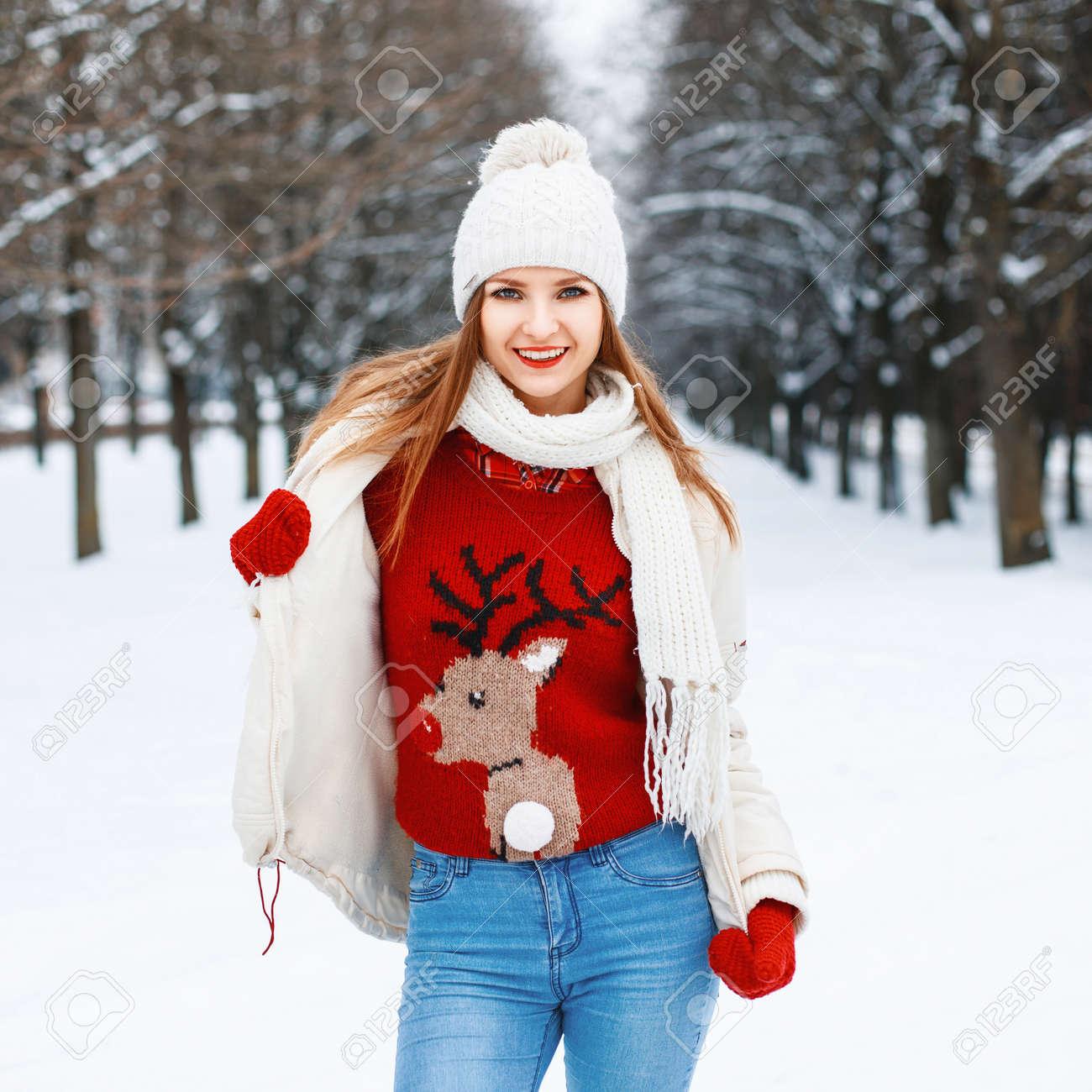 2d4877aab434 Archivio Fotografico - La giovane bella ragazza alla moda è di moda maglia  vestiti caldi d'epoca in una giornata invernale sullo sfondo del parco.