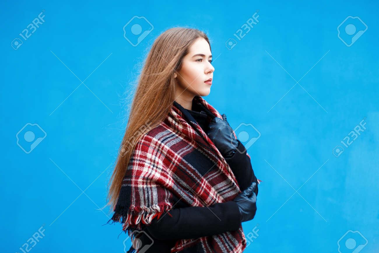 Profil Jeune Avec FémininBelle Un Du Bleu Manteau Foulard Et Près Fille Mur eWYD9I2bEH