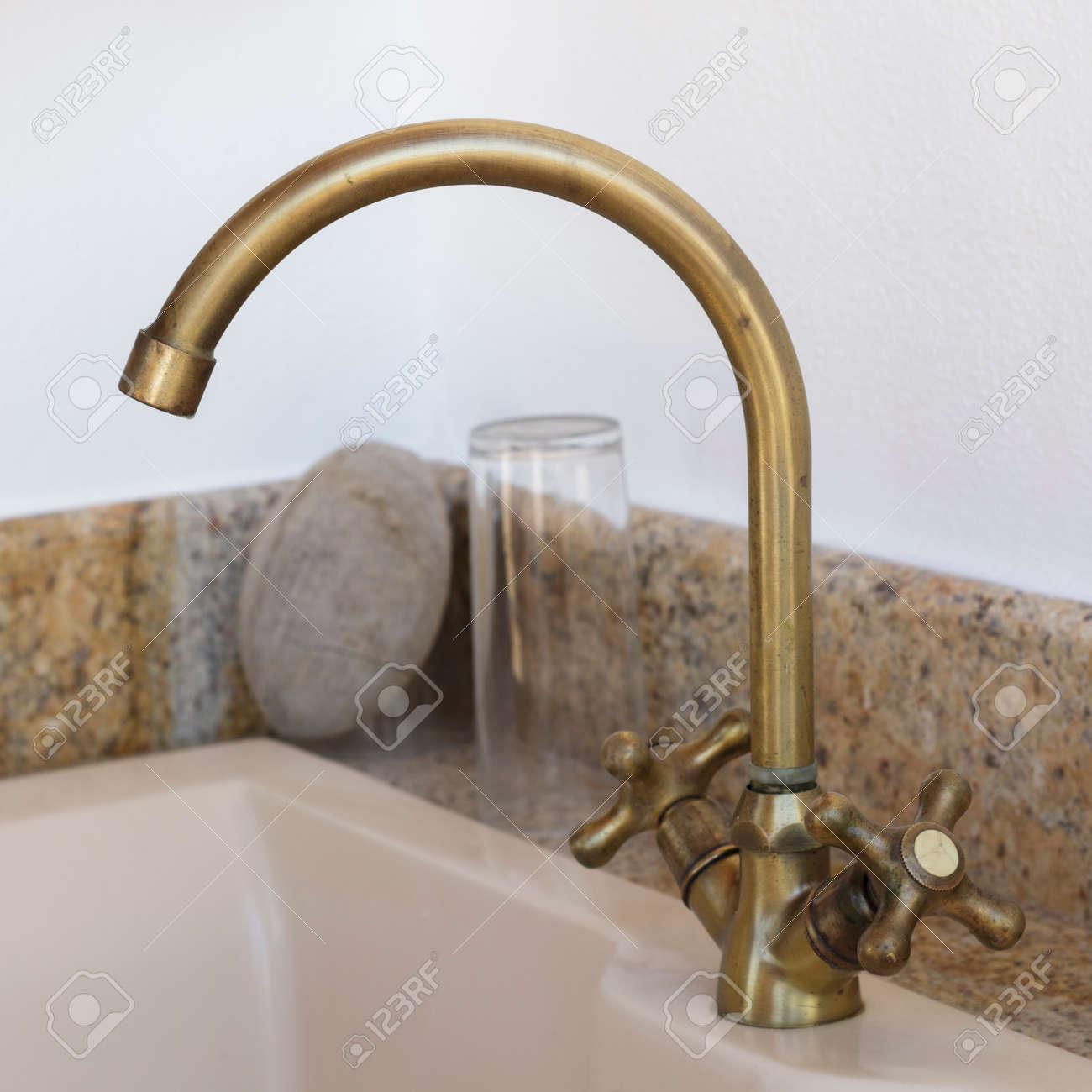 Bronze Wasserhahn Auf Einer Ländlichen Küche Lizenzfreie Fotos ...