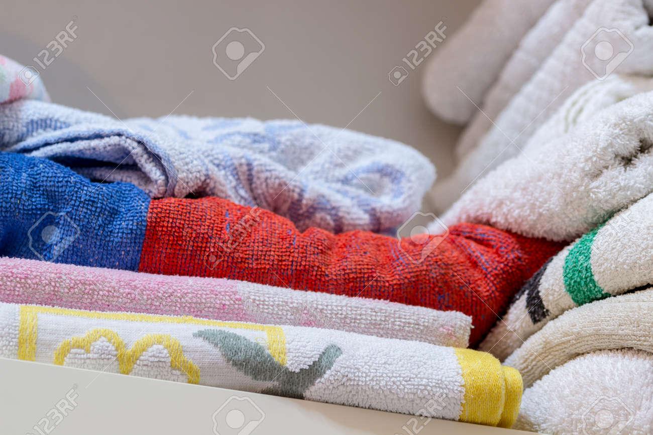 Handtucher Im Badezimmer Regal Lizenzfreie Fotos Bilder Und Stock