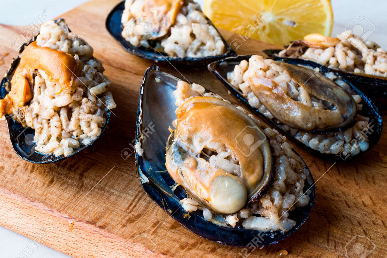Turkish Street Food Stuffed Mussels With Lemon / Midye Dolma ...