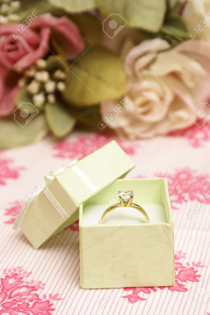 e3377b94ba6d Banque d images - Une bague en diamant magnifique dans une boîte à bijoux  verts.
