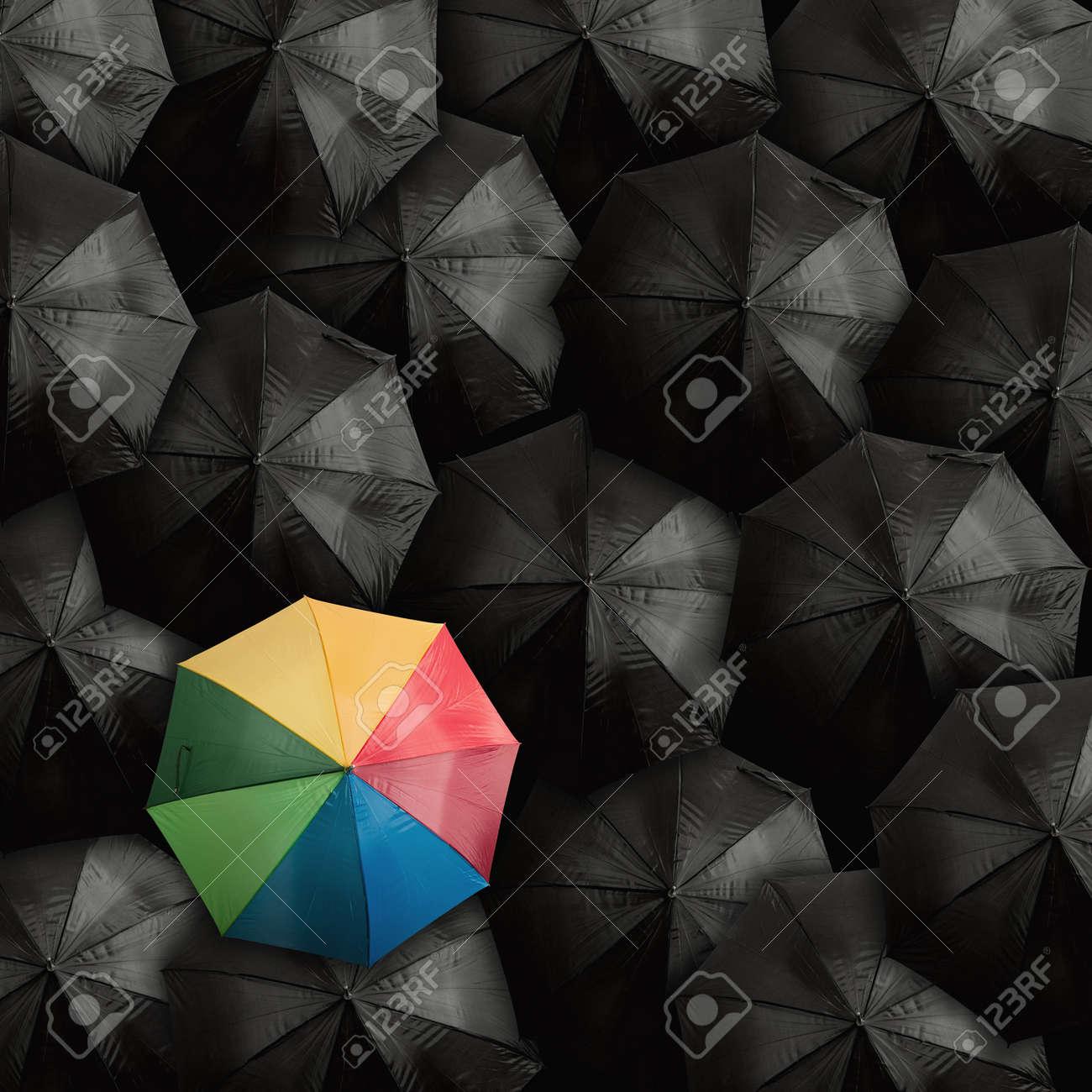 banque dimages concept de leader avec de nombreux noirs et un parapluie color - Parapluie Color