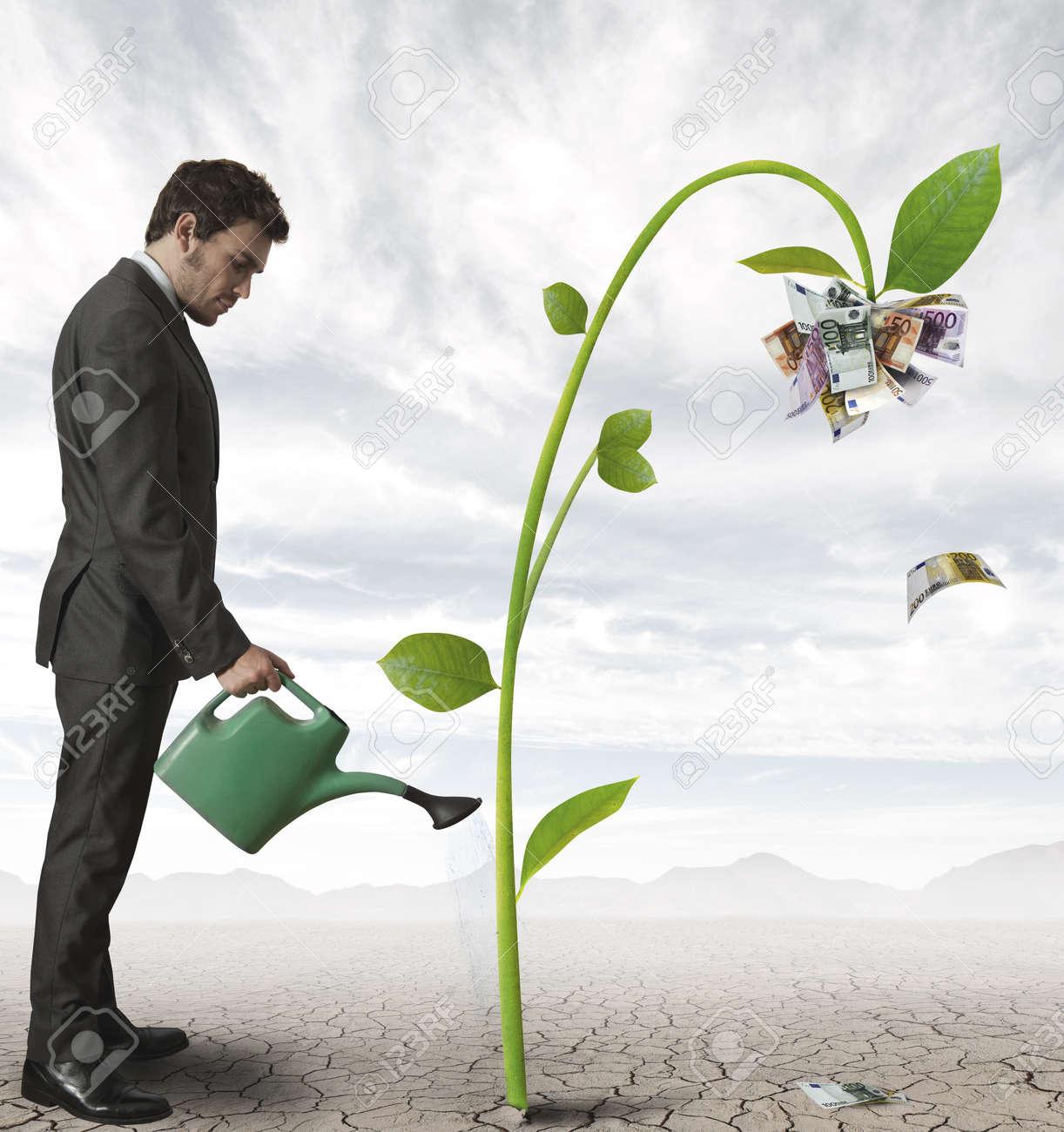 La fin de la fin du monde, climat et evolution 14902894-Homme-d-affaires-d-arroser-une-plante-qui-produit-de-l-argent-Banque-d'images