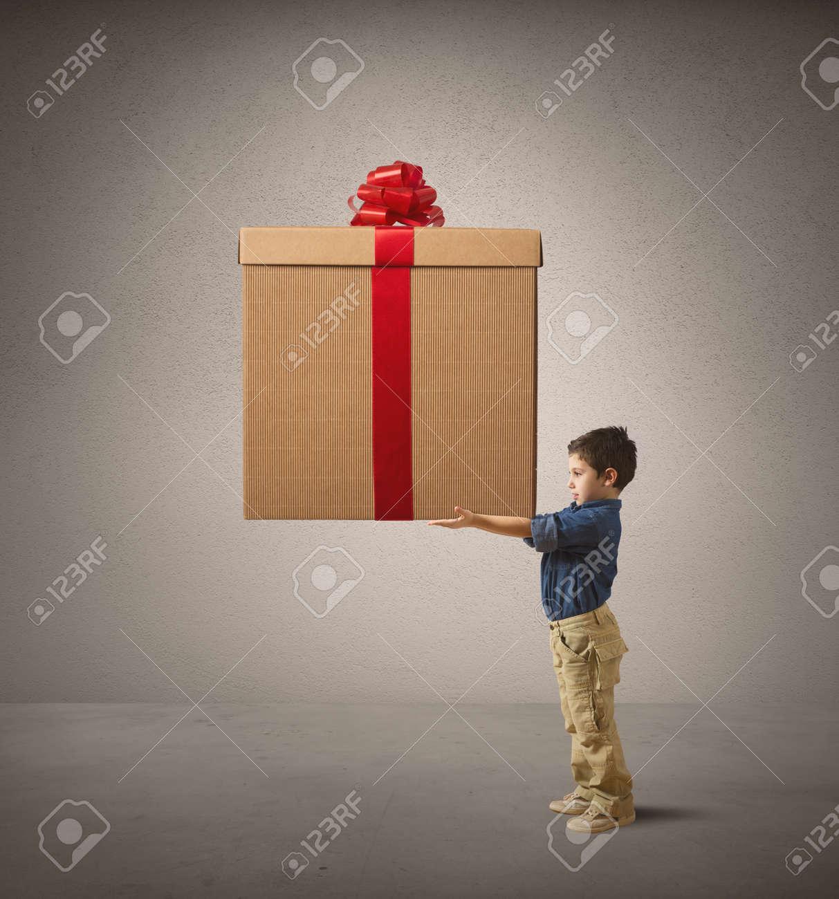 Junge Junge Hält Ein Großes Weihnachtsgeschenk Lizenzfreie Fotos ...