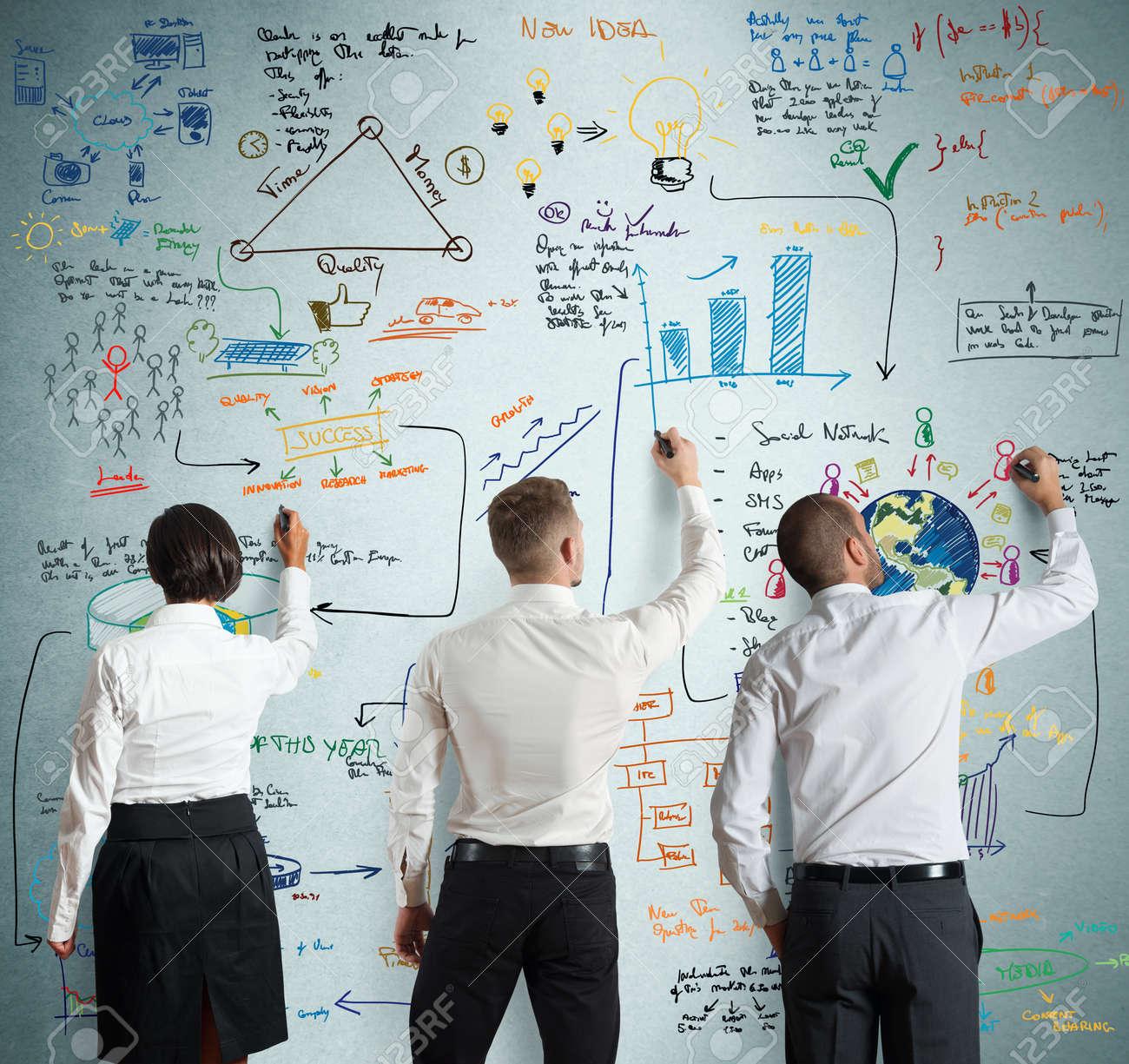 チームワークは一緒に新しいビジネス プロジェクトを動作します。 の ...