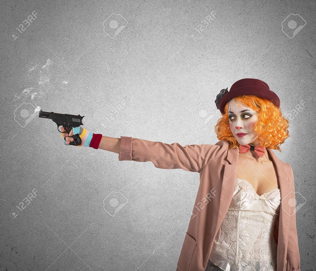 Je pense être un Zèbre épanoui... 38666341-clown-voleur-tire-pistolet-encore-fumant-de-pentec%C3%B4te