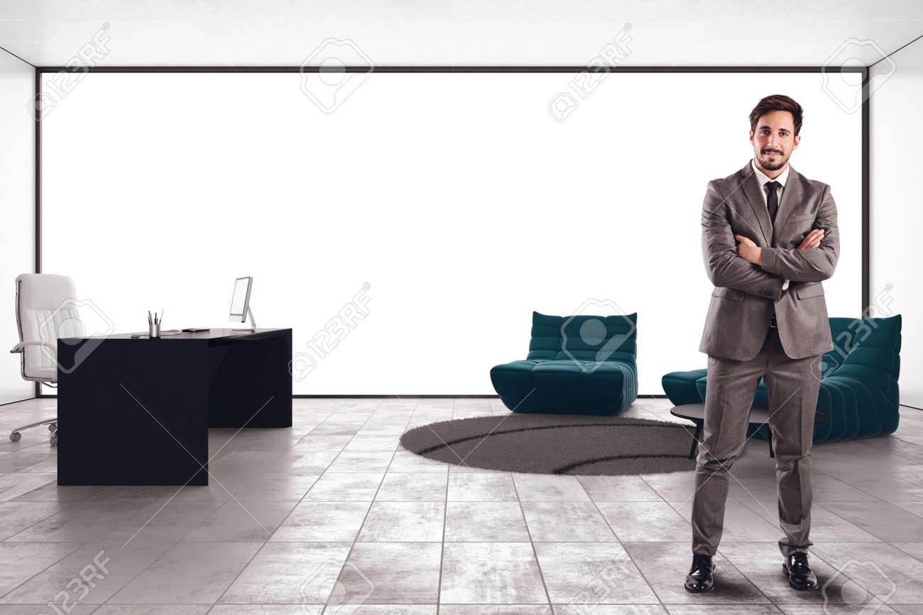 Homme d affaires prospère dans son bureau de direction de luxe