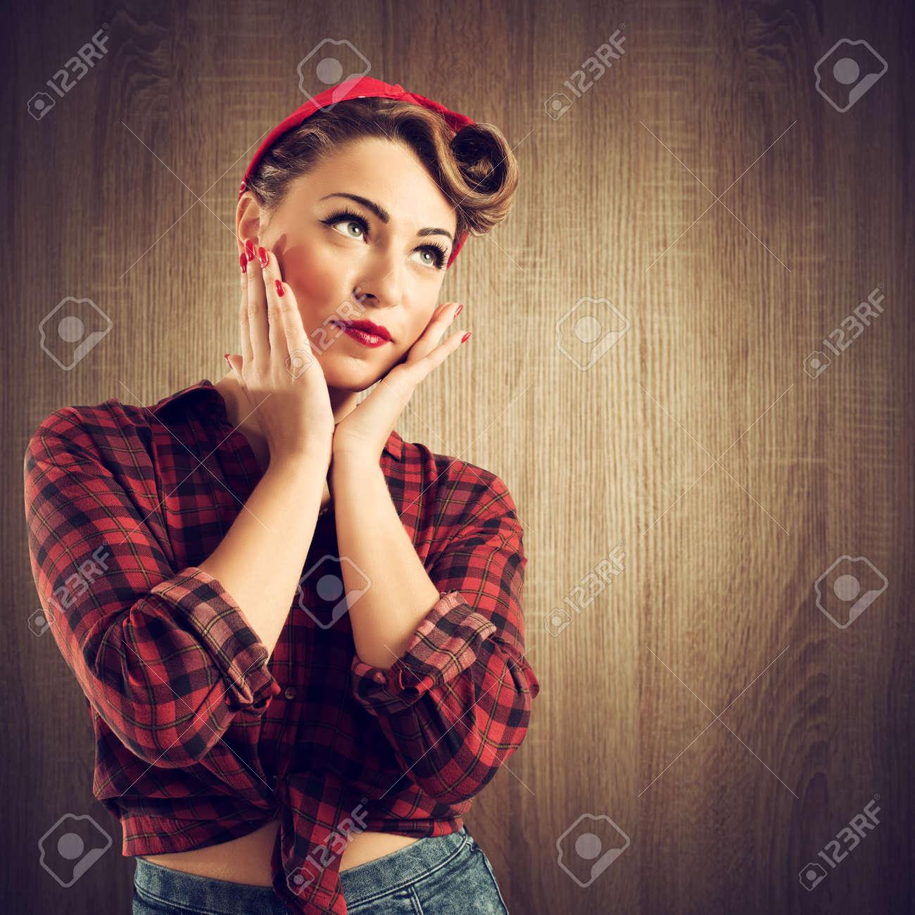 Bonita Chica Pin Up Posando Con Peinado De Los Años 50 Fotos