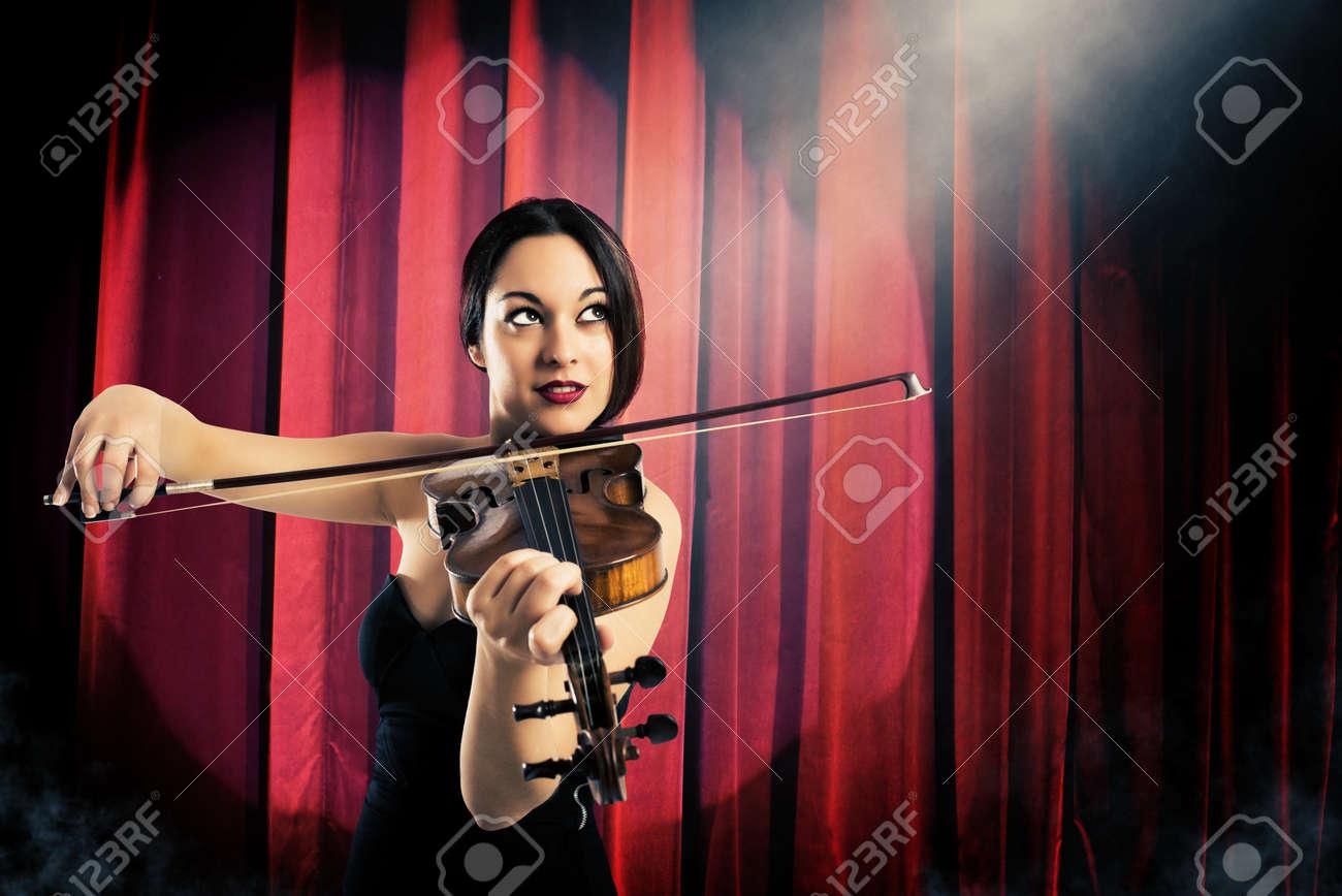 エレガントな女性の劇場で赤いカ...